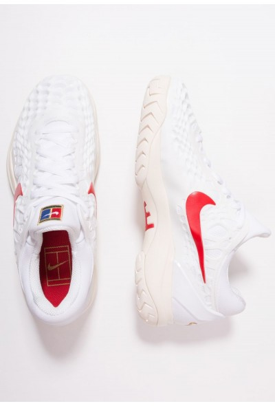 Nike AIR ZOOM CAGE 3 HC - Baskets tout terrain white/university red/light cream/metallic gold liquidation