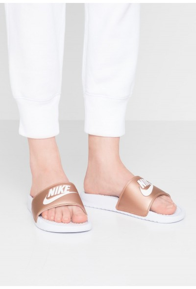 Nike BENASSI JUST DO IT - Mules white/metallic red bronze liquidation