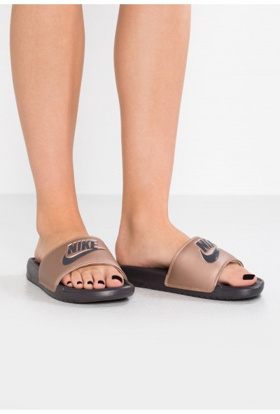 Nike BENASSI JUST DO IT - Mules metallic red bronze/thunder grey liquidation