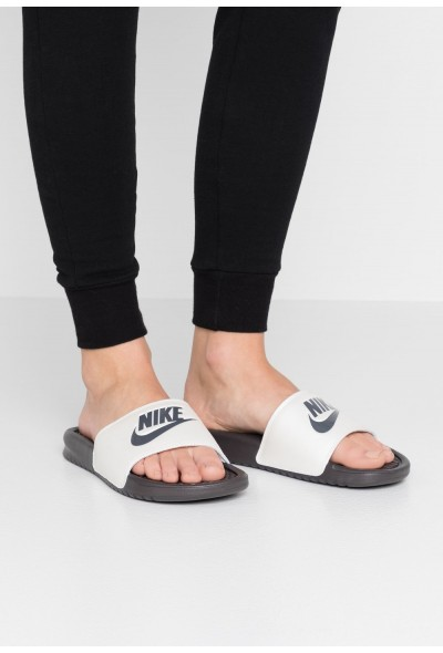 Nike BENASSI JUST DO IT - Mules thunder grey/metallic summit white liquidation